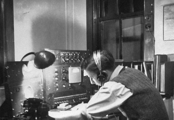 Clyde Williams on 500kHz at Wellington Radio ZLW in 1949. At this time he was on the 'B roster' so would have been relieving for an A operator.