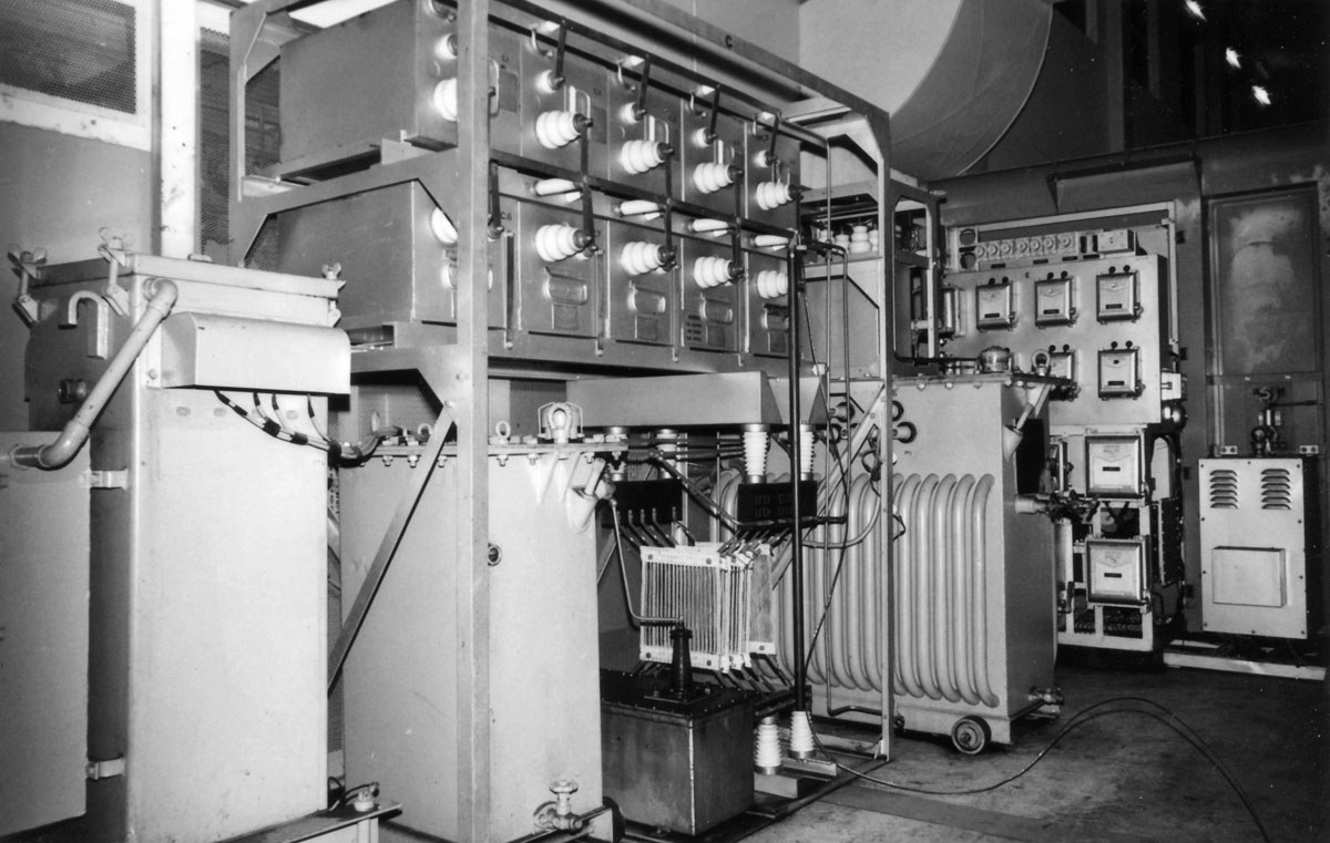Inside view of transmitter 1022 showing the filter capacitor bank. Note the earth stick on the HT line.