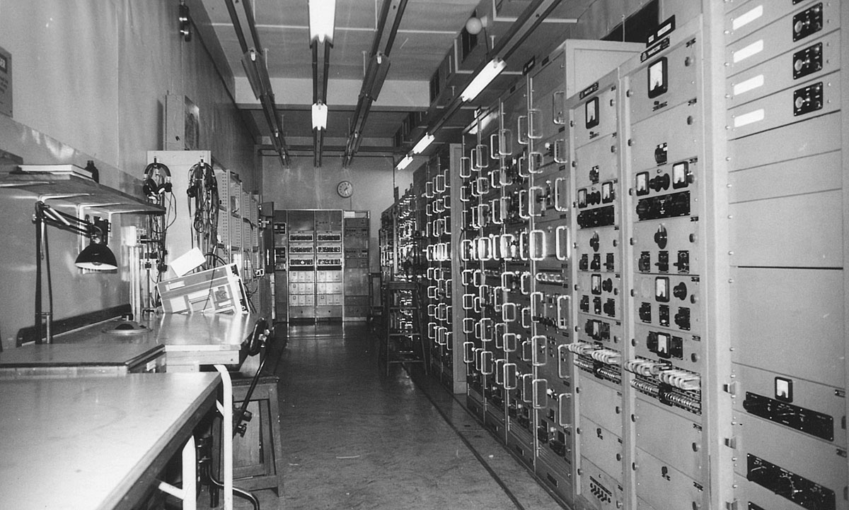 The Drive Room at Himatangi Radio housed frequency sources and drive units that generated baseband signals to feed the transmitters. Most of this equipment used valves; the older heterodyne synthesisers used germanium transistors.