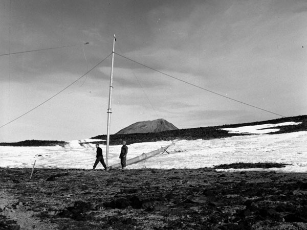 Preparing to erect a radio mast at Scott Base for the Trans Antarctic Expedition, 1957-1959