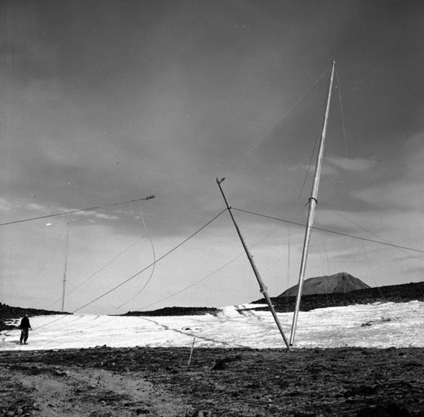 Raising a radio mast at Scott Base, 1957-1959
