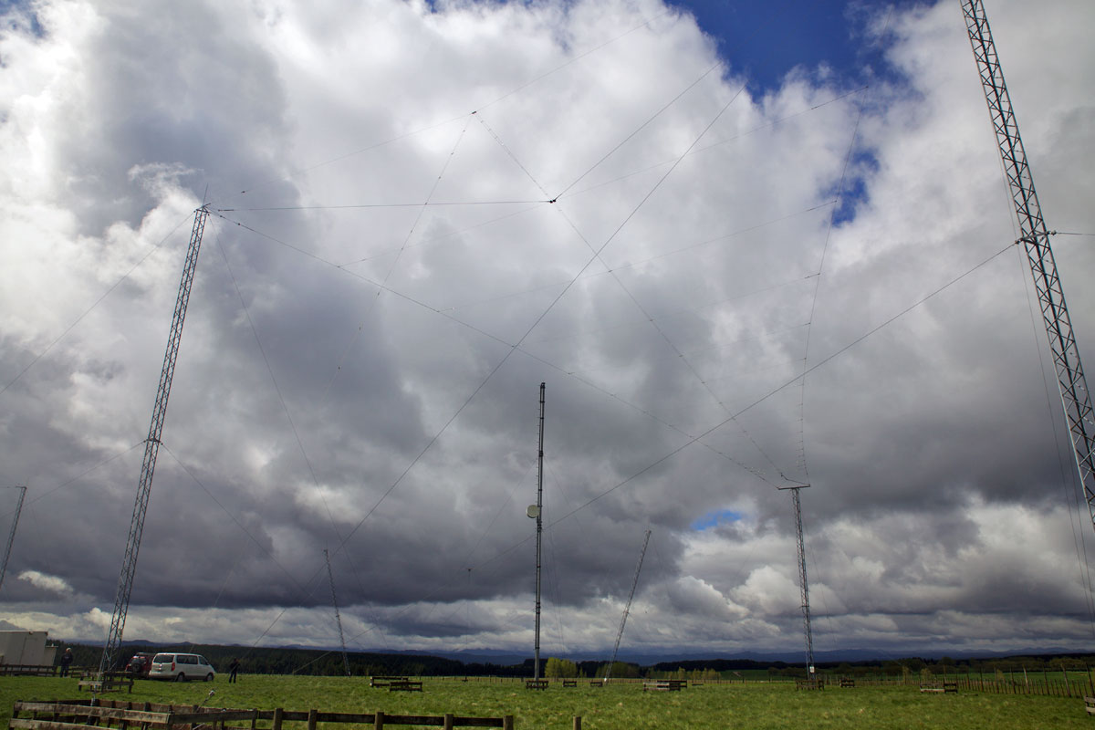 One of two log periodic antennas at the Taupo Radio receive site (one favours north and the other south), Oct 2016. On the mast in the centre of the photo is a microwave dish aimed at the Paeroa Range.