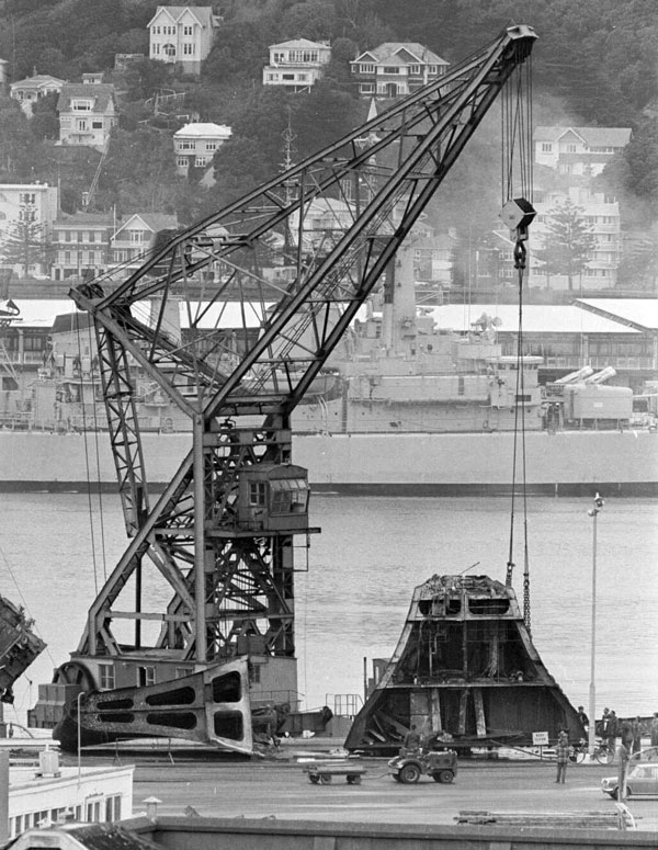 Floating crane Hikitia brings ashore a piece of the wrecked Wahine
