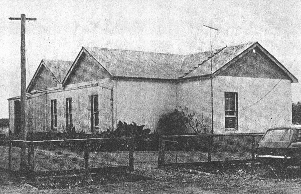 The operating building of Awanui Radio in 1980. Amateur radio station ZL1VLA was located in the room on the right for the month of February to mark the 50th anniversary of the closure of VLA. The VHF yagi aerial is visible.
