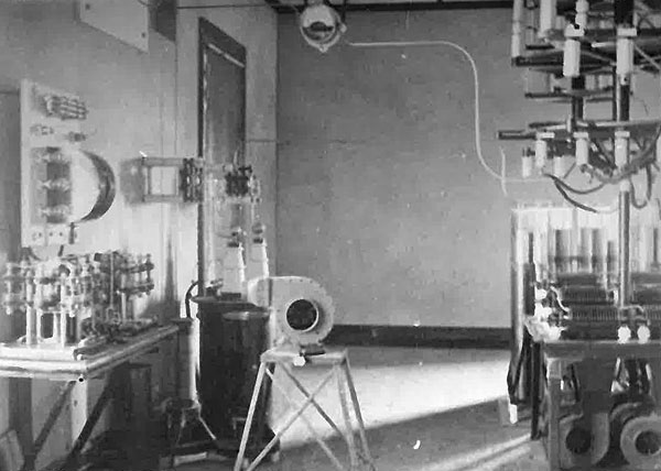Transmitter room at Awanui c1913. Earth switch on the wall at left, with keying relays on bench below (the blower looks like an after-thought). To the right are spark gaps and Leyden jars.
