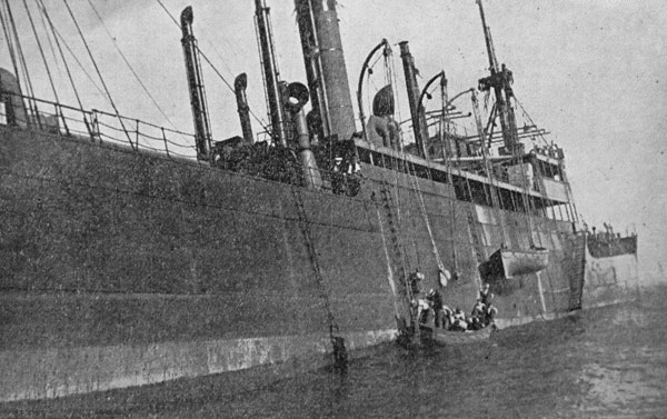 Crew leave the stranded steam ship Waikouaiti
